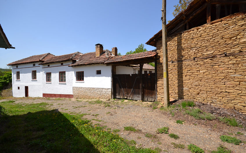 MASSIVE HOUSE WITH THE TYPICAL BULGARIAN ATMOSPHERE